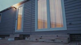 Moderne statische caravan Mobiel huis avondtijd, in het vensterslicht stock video