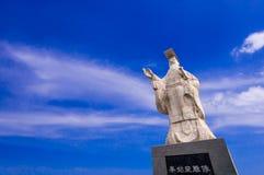 Moderne Statue des Kaisers Qin Shi Huang nahe dem Standort seines Grabs lizenzfreie stockfotos