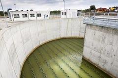 Moderne stedelijke afvalwaterzuiveringsinstallatie Royalty-vrije Stock Fotografie