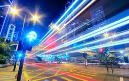 Moderne Stedelijke Stad bij Nacht met Snelwegverkeer Stock Afbeelding