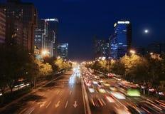 Moderne stedelijke stad bij schemer met verkeer stock afbeelding