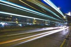 Moderne Stedelijke Stad met het Verkeer van de Snelweg bij Nacht Royalty-vrije Stock Afbeelding