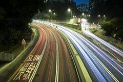 Moderne Stedelijke Stad met het Verkeer van de Snelweg bij Nacht Royalty-vrije Stock Fotografie