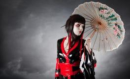 Moderne stijlgeisha in amuletkimono Stock Fotografie