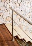 Moderne stijltrap en ashlar muur Stock Afbeelding