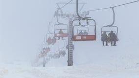 Moderne stoelskilift in skitoevlucht in mistig weer 4K timelapse Januari 2017, Kazachstan stock video