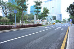 Moderne Straßenszene im Nebel Lizenzfreies Stockbild