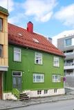 Moderne straat van Tromso met oud huis. Stock Afbeelding
