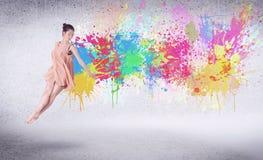 Moderne straatdanser die met kleurrijke verfplonsen springen Stock Fotografie