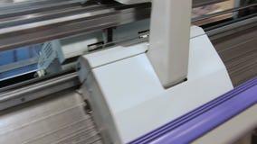 Moderne strickende Webstuhl-Maschine auf dem Spinnen stock video