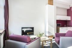 Moderne Studiowohnung mit violetten Details Stockfotografie