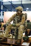 Moderne tactische die militaire uitrusting en wapens bij de tentoonstelling wordt aangetoond stock foto