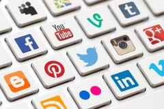 Moderne Tastatur mit farbigen Knöpfen des Sozialen Netzes. Stockbilder