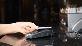 Moderne technologie in betalingswijze Betaling zonder contact met Smartphone Het betalen met een telefoonapparaat op een creditca stock videobeelden