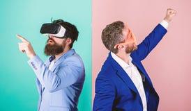 Moderne Technologie des Gesch?ftswerkzeuges Mann mit Bart in VR-Gl?sern und Plastikzusatz im mit Luftschlitzen Kerl wirken herein stockfoto