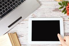 Moderne technologie Laptop en tablet Houten lijst Royalty-vrije Stock Afbeeldingen