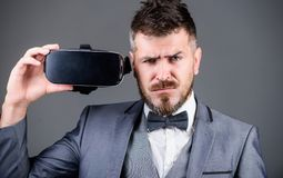 Moderne technologie?n Zakenman in vrhoofdtelefoon Visuele werkelijkheid Digitale toekomst en innovatie gebruiks toekomstige techn stock fotografie