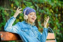 moderne technologie in plaats van lezing het luisteren muziek in park hipster vrouw in hoofdtelefoons ontspan met moderne technol stock afbeeldingen