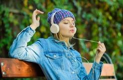 moderne technologie in plaats van lezing Ontspan in park hipster meisje met mp3-speler hipster vrouw in hoofdtelefoon Audioboek royalty-vrije stock fotografie