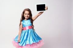 Moderne Technologien Delia konzentrierte sich Üppiges blaues Kleid Stockfotos