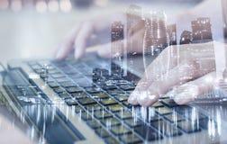 Moderne Technologien, Doppelbelichtung, arbeiten online Stockbild