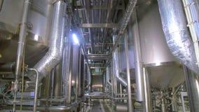 Moderne technologische industrielle Ausrüstung Rohrleitungen, Pumpen, Filter, Messgeräte, Sensoren, Motoren Behälter an der Chemi stock video