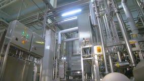 Moderne technologische industrielle Ausrüstung Rohrleitungen, Pumpen, Filter, Messgeräte, Sensoren, Motoren Behälter an der Chemi stock footage