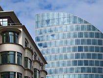 Moderne tegenover elkaar stellende gebouwen stock afbeelding