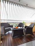 Moderne Terrasse mit hölzernem Fußboden Lizenzfreies Stockbild