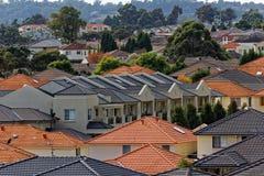 Moderne terrasvormige huizen in gemodelleerd district Stock Foto