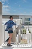 Moderne tiener die in zonnebril straat overzien Stock Foto's