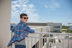 Moderne tiener in zonnebril met het overzien van mening Royalty-vrije Stock Foto's