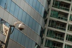 Moderne toezichtcamera's op de cityscape achtergrondmuur stock afbeelding