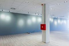 Moderne toonzaal op commercieel centrum met plafond moderne floodligh Stock Fotografie