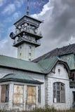 Moderne toren door het oude huis Stock Afbeelding