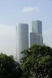 Moderne Torens en Bomen Stock Foto