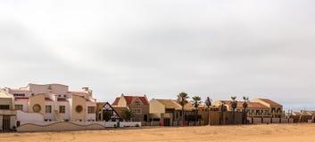 Moderne touristische Häuschen von Dolfynstrand nehmen an der Küste Zuflucht, lizenzfreie stockfotos