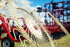 Moderne tractor met een nieuwe mechanische maaimachine stock foto
