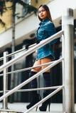 Moderne tragende gestreifte Kniesocken der recht jungen Frau Lizenzfreie Stockbilder