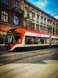 Moderne Tram auf der Straße stockbild