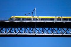 Moderne tram op een staalbrug stock afbeeldingen
