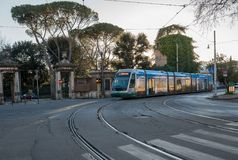 Moderne tram in Rome dichtbij de Dierentuin of Bioparco Royalty-vrije Stock Foto's