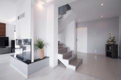 Moderne trap in modieus huis stock afbeeldingen
