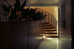 Moderne trap van eiken hout stock afbeelding