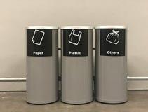 Moderne trashcan metaalcilinder of bak in openbaar gebied of winkelcomplex of hotel of restaurant stock fotografie