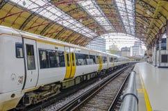 Moderne trein bij de post Barcelona, Spanje Stock Afbeelding
