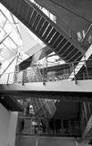 Moderne Treppe innerhalb des Gebäudes Stockbilder