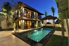 Moderne tropische villa met zwembad Stock Afbeelding