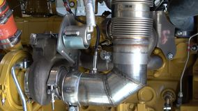 moderne turbocompressor in een dieselmotor stock footage