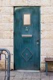 Moderne turquois asphaltieren Tür mit Fenster und openwork ein schöner Weinlesehintergrund Stockbild